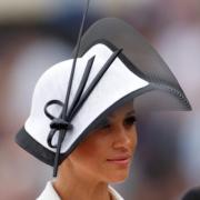 【2018 Royal Ascot】梅根戴着Philip treacy帽子,首次以英國薩塞克斯公爵夫人身份出席Royal Ascot盛會。(法新社)