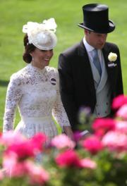 【2017 Royal Ascot】英國劍橋公爵伉儷威廉王子(右)與凱特(左)於2017年6月20日出席Royal Ascot活動。(法新社)