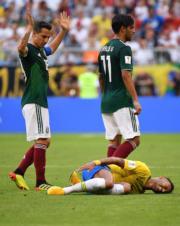 【世界盃16強-巴西挫墨西哥2:0】尼馬躺在地上狀甚痛苦。(新華社)