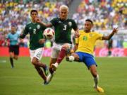 【世界盃16強-巴西挫墨西哥2:0】尼馬(右)(新華社)