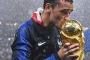 【法國奪世界盃】法國前鋒基沙文親吻大力神盃。 (法新社)