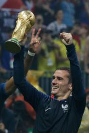 【法國奪世界盃】法國前鋒基沙文高舉大力神盃。 (法新社)