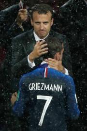 【法國奪世界盃】法國前鋒基沙文 (前) 與法國總統馬克龍 (後) 擁抱。(法新社)