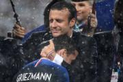 【法國奪世界盃】法國前鋒基沙文 (前) 與法國總統馬克龍 (後) 擁抱。 (法新社)