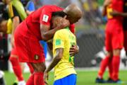 【世界盃‧8強淘汰賽:比利時2:1挫巴西】比利時球員安慰尼馬(右)(法新社)
