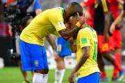 【世界盃‧8強淘汰賽:比利時2:1挫巴西】巴西隊友安慰尼馬(右)(法新社)