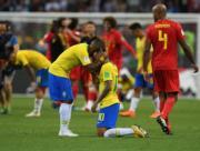 【世界盃‧8強淘汰賽:比利時2:1挫巴西】巴西隊友安慰尼馬(右,跪着者)(新華社)