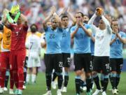 【世界盃‧8強淘汰賽】法國2:0挫烏拉圭,雙方球隊在完賽後鼓掌。(新華社)