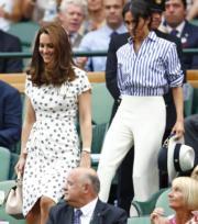 2018年7月14日,凱特(前)與梅根(後)一起觀賞溫布頓女單決賽。(法新社)