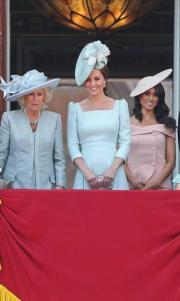 2018年6月9日,英女王伊利沙伯二世92歲官方壽辰閱兵巡遊慶祝活動,卡米拉(左)、凱特(中)、梅根(右)與眾王室成員在白金漢宮陽台觀看空軍表演。(法新社)