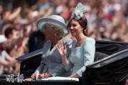 2018年6月9日,英女王伊利沙伯二世92歲官方壽辰閱兵巡遊慶祝活動,康沃爾公爵夫人卡米拉(左)與劍橋公爵夫人凱特(右)乘坐同一架馬車。(法新社)