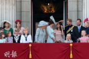 2018年6月9日,英女王伊利沙伯二世92歲官方壽辰閱兵巡遊慶祝活動,王室成員在白金漢宮陽台觀看空軍表演,梅根(後排右四)與凱特(後排右五)交談甚歡。(法新社)