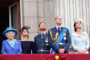 左起:英女王伊利沙伯二世、梅根、哈里王子、威廉王子、凱特(法新社)