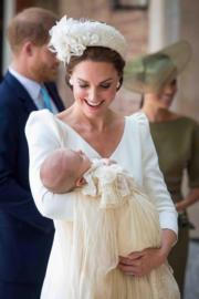 2018年7月9日,凱特(前)的幼子路易小王子受洗,哈里王子與夫人梅根(後右)出席儀式。(法新社)