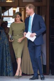 2018年7月9日,哈里王子(右)與夫人梅根出席路易小王子受洗儀式,梅根以Ralph Lauren橄欖綠色連身裙亮相。(法新社)