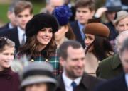 2017年12月25日,梅根(右)、凱特(左)與一眾英國王室成員參加聖誕崇拜。(The Royal Family Twitter圖片)