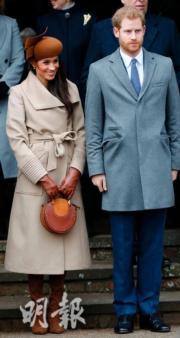 2017年12月25日,梅根(左)穿上杏色大衣配啡色禮帽,與未婚夫哈里王子(右)參加聖誕崇拜。(法新社)