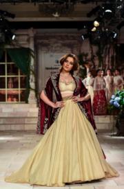 2018印度時裝周- 印度寶萊塢 (Bollywood) 著名女星Kangana Ranaut穿上Anju Modi 的設計行騷。(法新社)