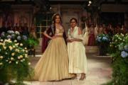 2018印度時裝周- 印度寶萊塢 (Bollywood) 著名女星Kangana Ranaut (左) 穿上Anju Modi (右) 的設計行騷。(法新社)