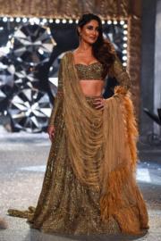2018印度時裝周- 印度女星Kareena Kapoor Khan穿上Falguni & Shane Peacock 的設計行騷。(法新社)