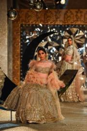 2018印度時裝周 - Falguni & Shane Peacock 的設計(法新社)