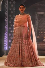 2018印度時裝周 - 印度女星Aditi Rao Hydari 穿上Tarun Tahiliani 的設計行騷。 (法新社)