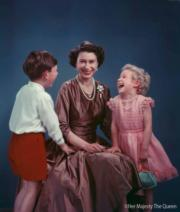 【英女王的心口針】圖為年輕時的英女王(中)與兒子查理斯王子(左)、女兒安妮公主(右)(The Royal Family facebook圖片)