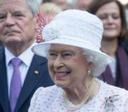 【英女王的心口針】(The Royal Family facebook圖片)