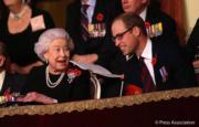 【英女王的心口針】英女王(左)與孫兒威廉王子(右)(The Royal Family facebook圖片)