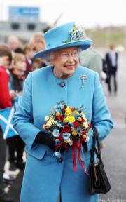 【英女王的心口針】2017年9月,英女王出席蘇格蘭昆斯費里大橋開通活動時,佩戴蘇格蘭國花「大薊花」形狀的心口針。(The Royal Family facebook圖片)