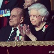 【英女王的心口針】英女王(右)與王夫菲臘親王(左)(The Royal Family facebook圖片)
