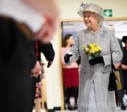 【英女王的心口針】2013年2月,英女王戴上父母在她18歲時送贈的心口針出席活動。(The Royal Family facebook圖片)