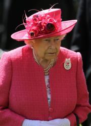 【英女王的心口針】2018年6月21日,英女王戴上Centenary Rose心口針出席Royal Ascot(英國皇家賽馬會)。(法新社)
