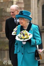 【英女王的心口針】英女王(前)與王夫菲臘親王(後)(法新社)