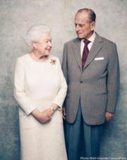 【英女王的心口針】2017年11月20日,英女王(左)與王夫菲臘親王(右)結婚70周年紀念日。英國王室當時發放二人的合照,英女王在相中佩戴菲臘親王在1966年送贈的「聖甲蟲」心口針。(The Royal Family Instagram圖片)
