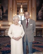 【英女王的心口針】2017年11月20日,英女王(左)與王夫菲臘親王(右)結婚70周年紀念日。(The Royal Family Instagram圖片)