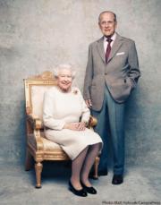 【英女王的心口針】英女王(左)與王夫菲臘親王(右)(The Royal Family Instagram圖片)