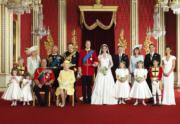 【英女王的心口針】2011年4月29日,劍橋公爵伉儷威廉王子(後排左五)和凱特(後排左六)結婚,英女王(前排左四)戴上Queen Mary的True Lover's Knot心口針。(法新社)