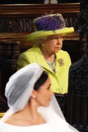 【英女王的心口針】2018年5月19日,薩塞克斯公爵伉儷哈里王子和梅根(前)結婚,英女王(後)胸前戴上The Richmond Diamond心口針。(法新社)