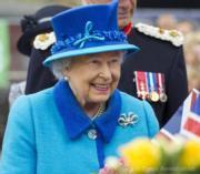 【英女王的心口針】2015年9月,英女王出席蘇格蘭邊界火車(Scottish Borders Railway)啟動儀式,戴上Queen Victoria's Bow心口針。(The Royal Family facebook圖片)