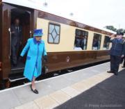 【英女王的心口針】2015年9月,英女王出席蘇格蘭邊界火車啟動儀式。(The Royal Family facebook圖片)
