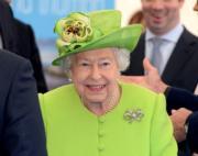 【英女王的心口針】2018年6月,英女王出訪柴郡。(法新社)