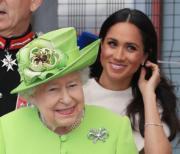 【英女王的心口針】2018年6月,英女王(前)與「孫新抱」梅根(後)結伴出訪柴郡。(法新社)