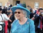 【英女王的心口針】2018年5月,英女王戴上Cullinan V心口針。(The Royal Family Twitter圖片)