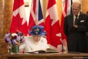 【英女王的心口針】2017年7月,英女王(左)在倫敦出席加拿大建國150年慶祝活動時,戴上楓葉形的Canadian Maple-Leaf心口針。(The Royal Family facebook圖片)
