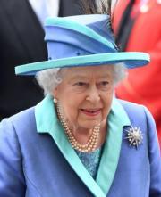 【英女王的心口針】2018年7月10日,英女王戴上Jardine Star心口針出席英國皇家空軍百年慶典活動。(法新社)