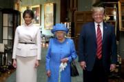 【英女王的心口針】2018年7月13日,英女王(中)在溫莎堡接見美國總統特朗普(右)和其夫人梅拉尼婭(左)。(法新社)