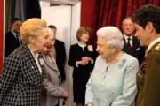 【英女王的心口針】英女王(中)(The Royal Family facebook圖片)