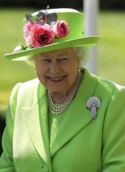 【英女王的心口針】2018年6月22日,英女王戴上貝殼形心口針出席Royal Ascot(英國皇家賽馬會)。(法新社)