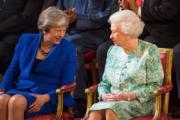 【英女王的心口針】英女王(右)(The Royal Family facebook圖片)